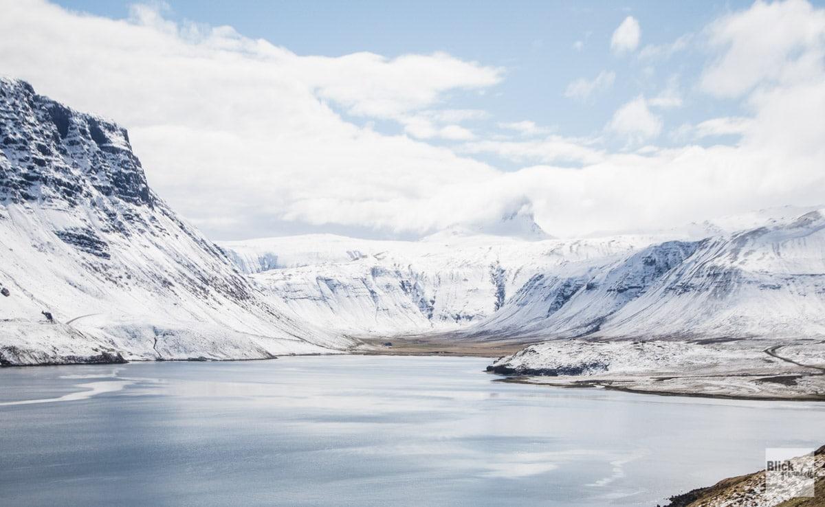 Schneebedeckte Berge und daneben direkt ein Fjord ... so etwas gibt es nur selten auf der Welt
