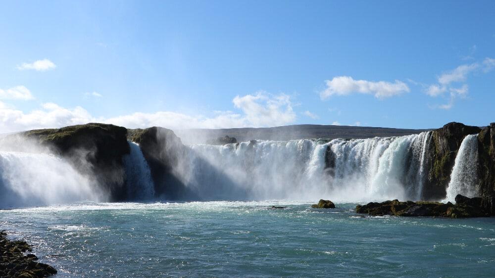 Der Godafoss, der Wasserfall der Götter. Nicht sehr hoch, dennoch extrem beeindruckend