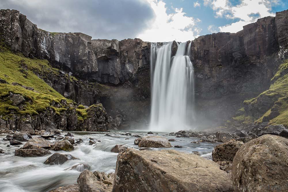 Nur einer von endlos vielen Wasserfällen auf der Insel