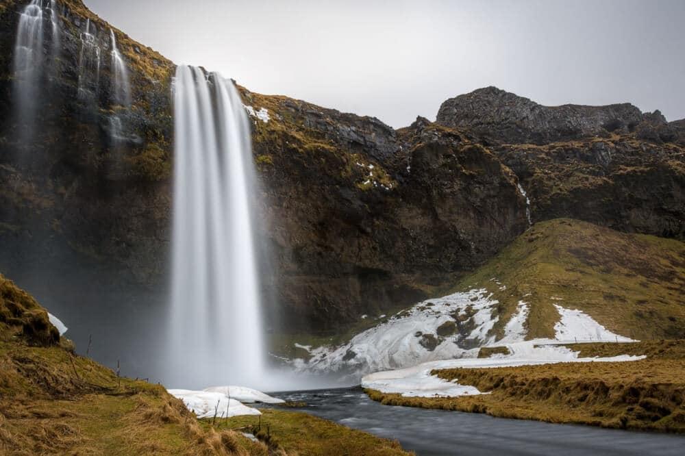 Der Seljalandsfoss an der Südküste Islands ist einer der Orte wo Du die meisten Touristen antreffen wirst