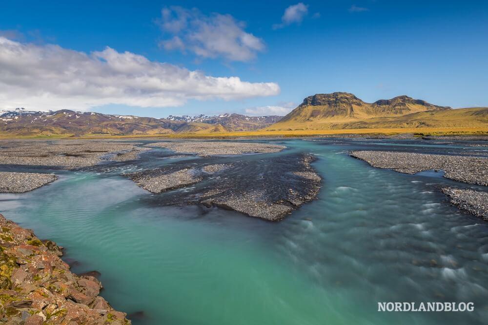 Kaum zu glauben, aber sehr häufig sieht das Wasser der Flüsse in Island tatsächlich so schön türkis aus