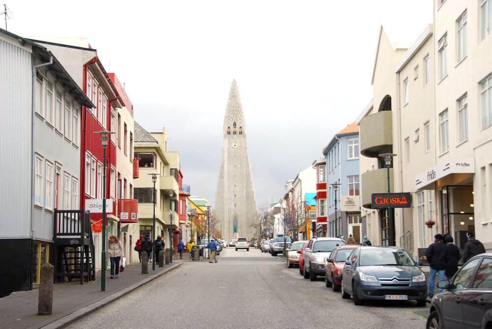 Das wohl bekannteste Gebäude in Reykjavik ist die Hallgrimskirkja. Dort kannst Du auch kostenlos parken.