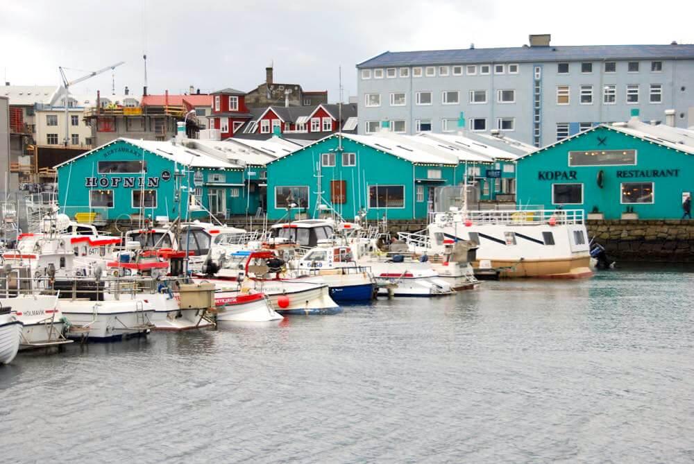 Der Hafen von Reykjavik lädt mit seinen Restaurants zum schlendern ein