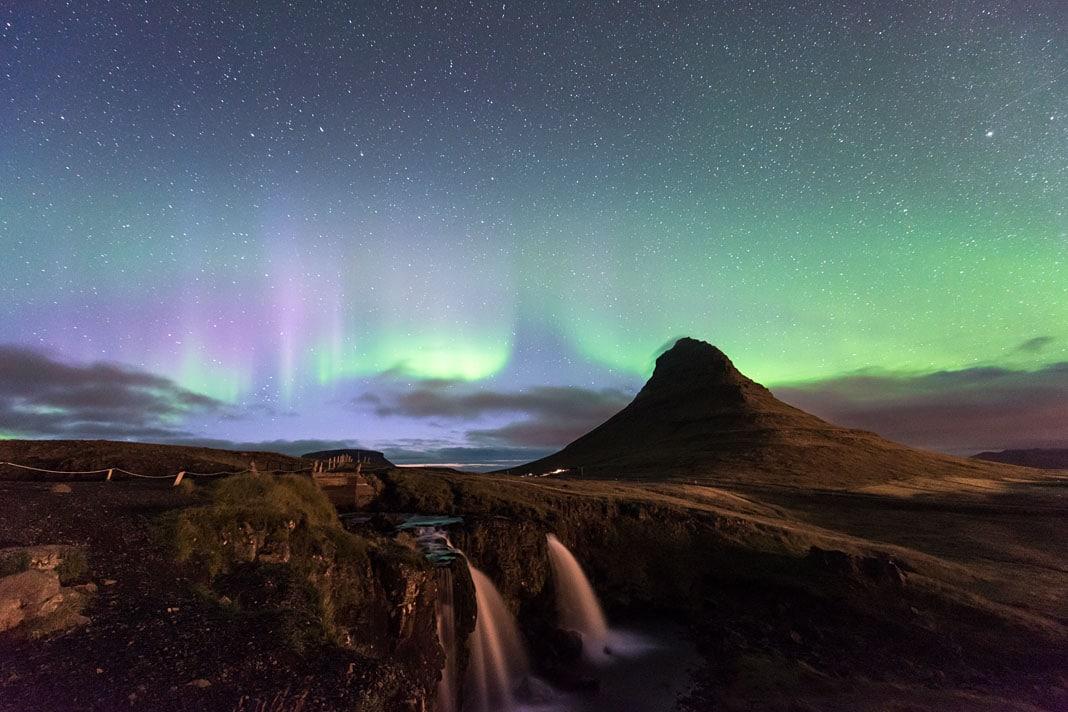Der Berg Kirkfufell ist ein dankbares Motiv, wenn Nachts die Polarlichter tanzen.