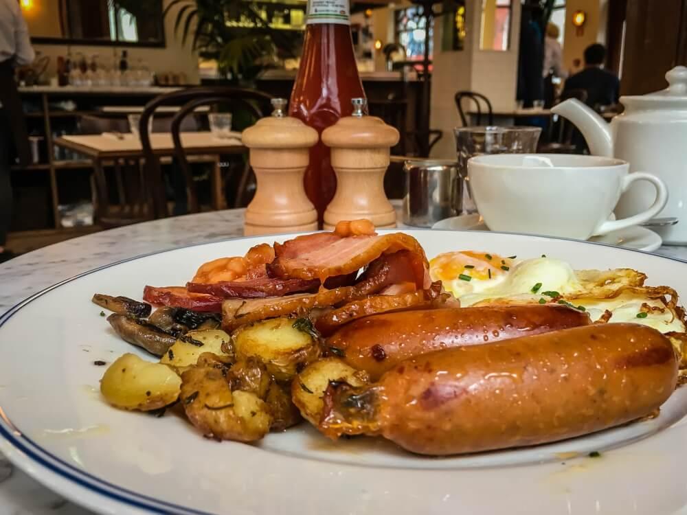 Nach dem Frühstück im Cafe Paris geht es gut gestärkt in den Tag