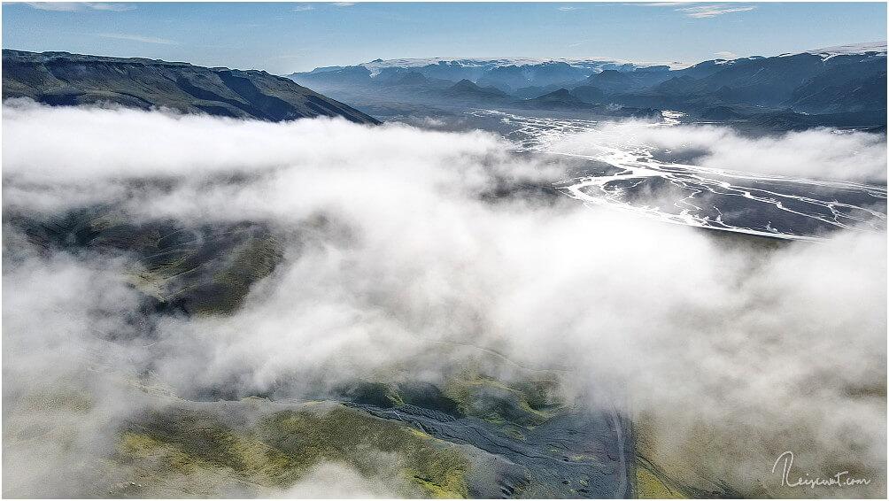Über den tief hängenden Wolken, der Blick in Richtung Þórsmörk