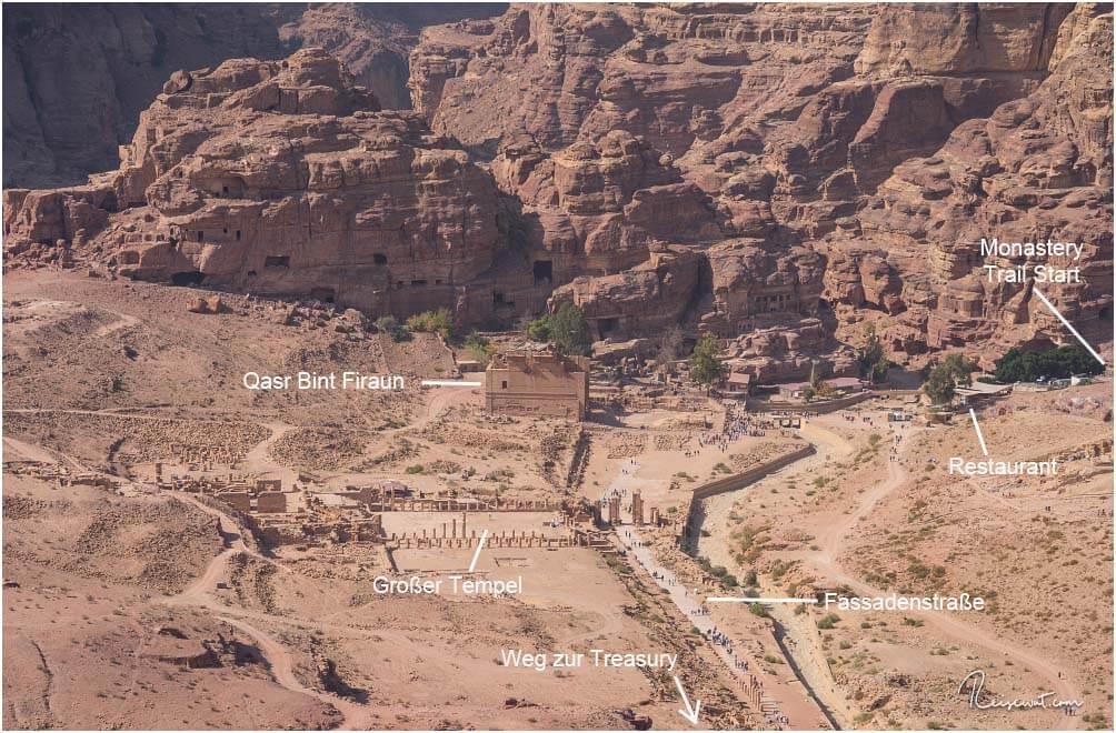 Der Start des Monastery Trails befindet ganz hinten rechts, hinter dem Restaurant