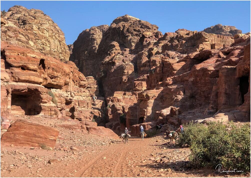 Der Start des Monastery Trails. Genau in der Mitte führen die Stufen nach oben