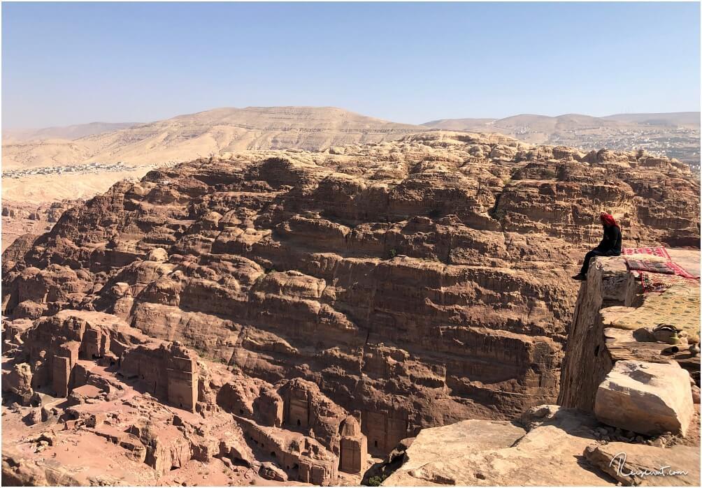 Ein Beduine an der Abbruchkante des Highest Point of Sacrifice, wo es 170m senkrecht nach unten geht.