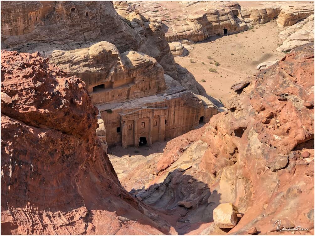 Der Blick vom Trail hinunter auf das Grab des römischen Soldaten, ein Nebengebäude der Garden Hall