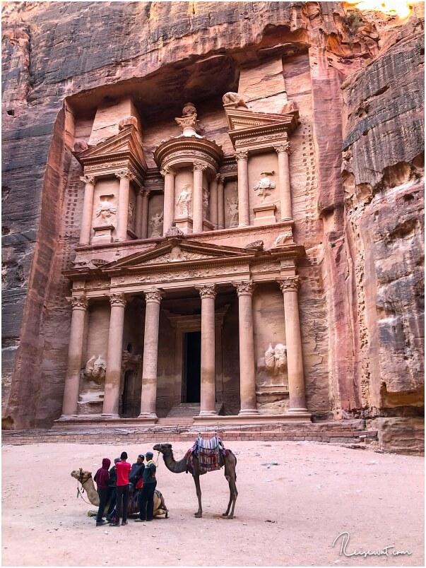 Bevor die Sonne auf die Treasury in Petra trifft, hat man mit Glück noch keine Touristen mit auf dem Foto