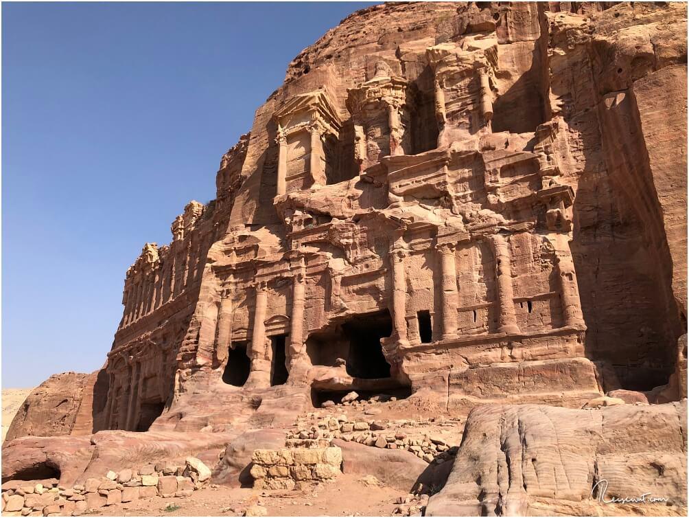 Blick auf einen kleinen Teil der Königswand, links sieht man das gewaltige Palastgrab
