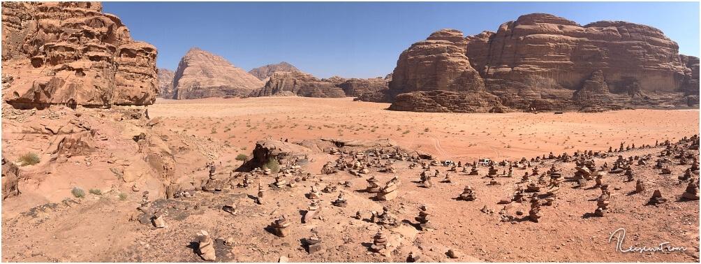 Cairns ... die kleinen, meist von Touristen aufgetürmten Steinhäufchen, machen auch vorm Wadi Rum nicht Halt