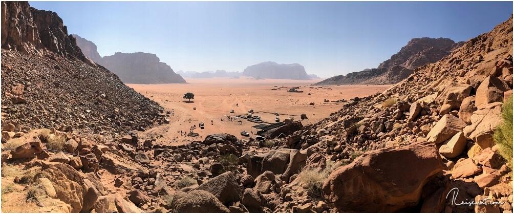 Den ersten Eindruck, den die meisten Leute bekommen. Die Aussicht von Lawrence Spring ins Wadi Rum.