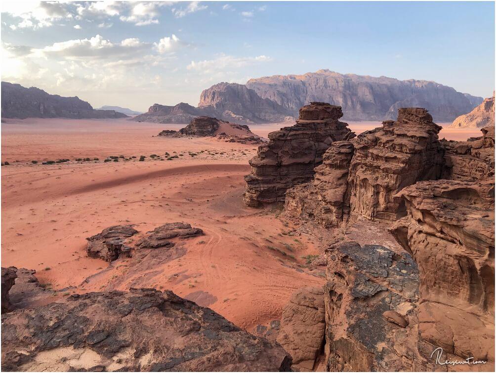Die Aussicht vom Berg hinter dem Wadi Rum Nomads Camp ist atemberaubend. Im Hintergrund: Die Big Red Sand Dune