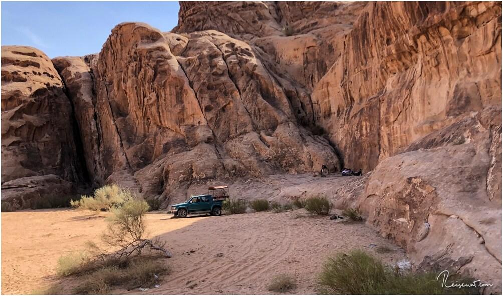 Lunchtime im Wadi Rum. Ein schattiges Plätzchen, eine Feuerstelle, ein paar Töpfe ... mehr braucht der Guide nicht