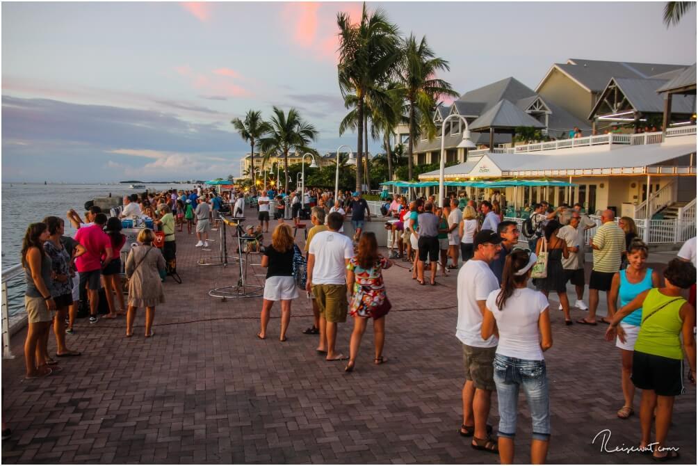 Beim Mallory Square versammeln sich hunderte Touristen am Abend, um der Sunset Celebration beizuwohnen