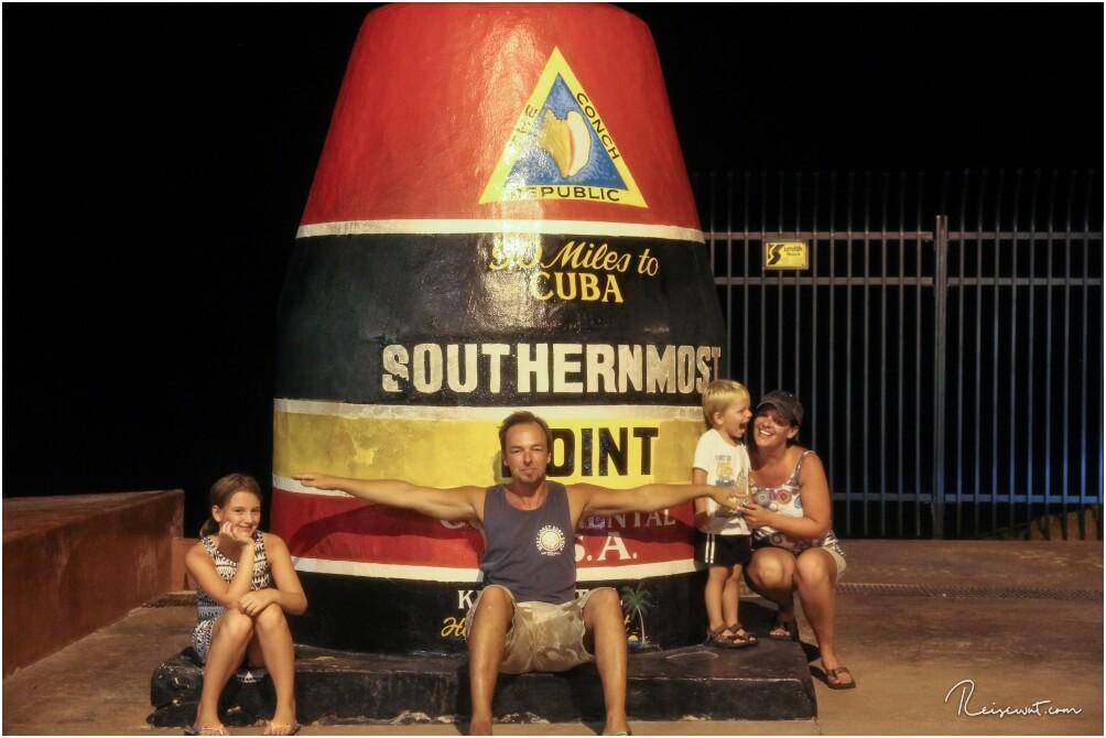 Die Boje des Southernmost Point ist fast immer hoffnungslos überlaufen. Nachts gegen 23 Uhr hatten wir aber Glück ...