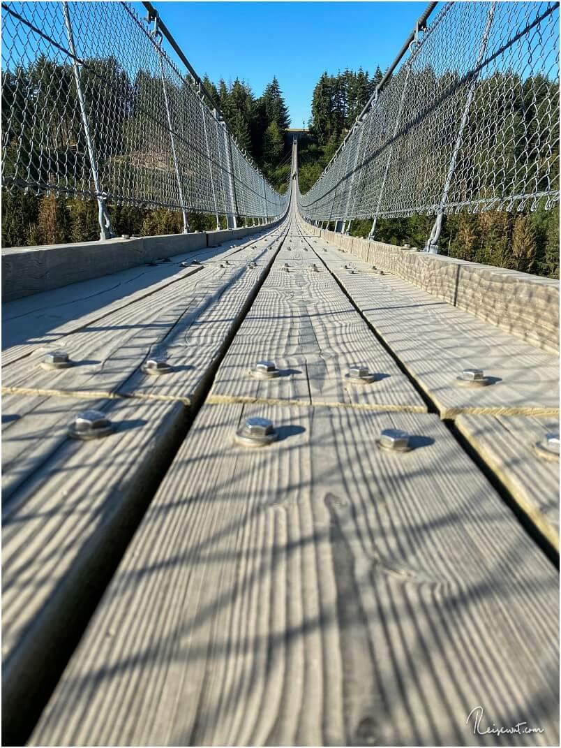 Ein paar Planken aus Douglasie samt M14 Schrauben dienen als Boden der Geierlay Brücke