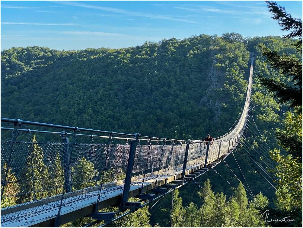 Ein einsamer Wanderer auf der Hängebrücke