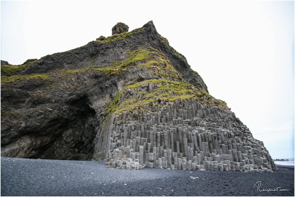 Die Basaltsäulen neben der Höhle verleiten Besucher immer wieder dort hinauf zu klettern. Ein gefährliches Spiel!