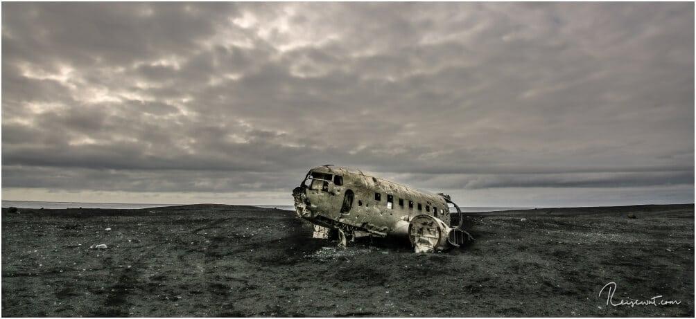Mitten in der Sandurfläche liegt das ehemals abgestürzte Wrack der DC-3