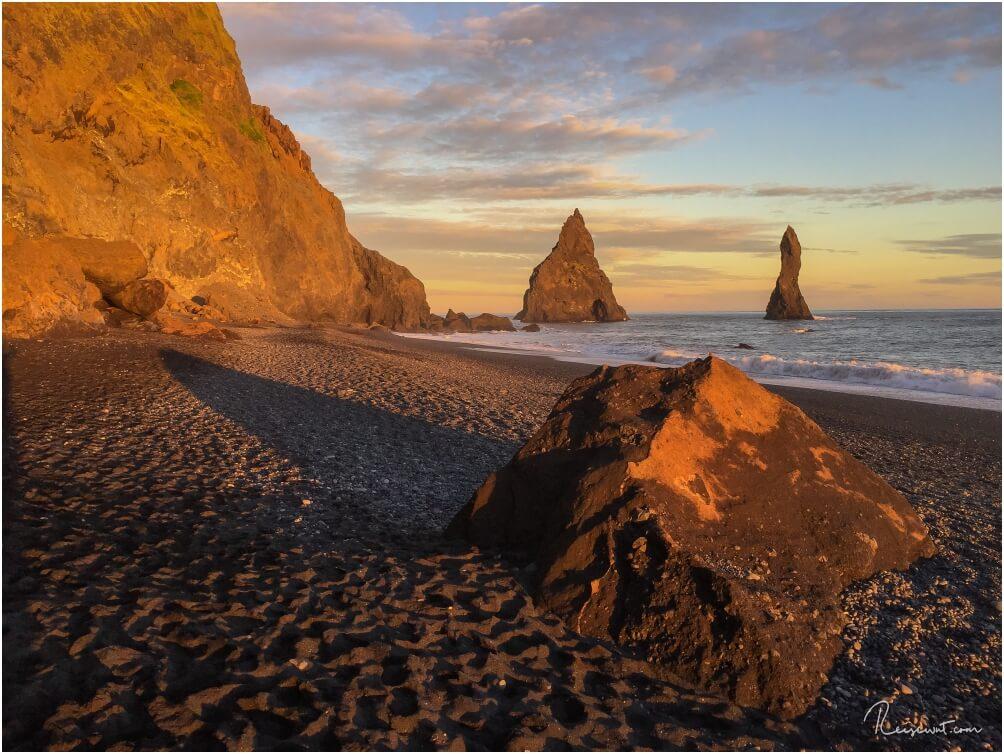 Vom Strand aus sieht man meistens nur zwei der drei Felsnadeln