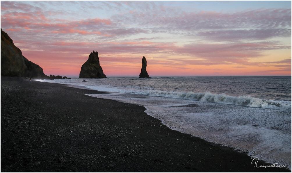 Wenn die Sonne untergeht hinter Kap Dyrholaey, dann kommen bei Reynisfjara erst die Farben am Himmel langsam raus