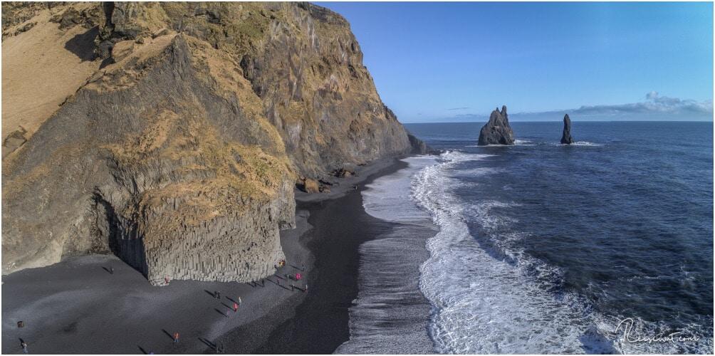 Von oben erkennt man gut, dass der Strand nicht sonderlich breit ist. Viel Platz um den Wellen zu entkommen hat man also nicht