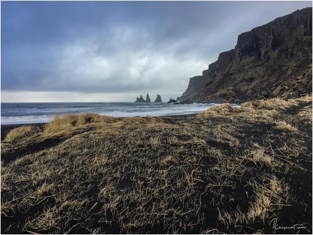 Vom Strand Vikurfjara aus sehen die Felsnadeln völlig anders aus