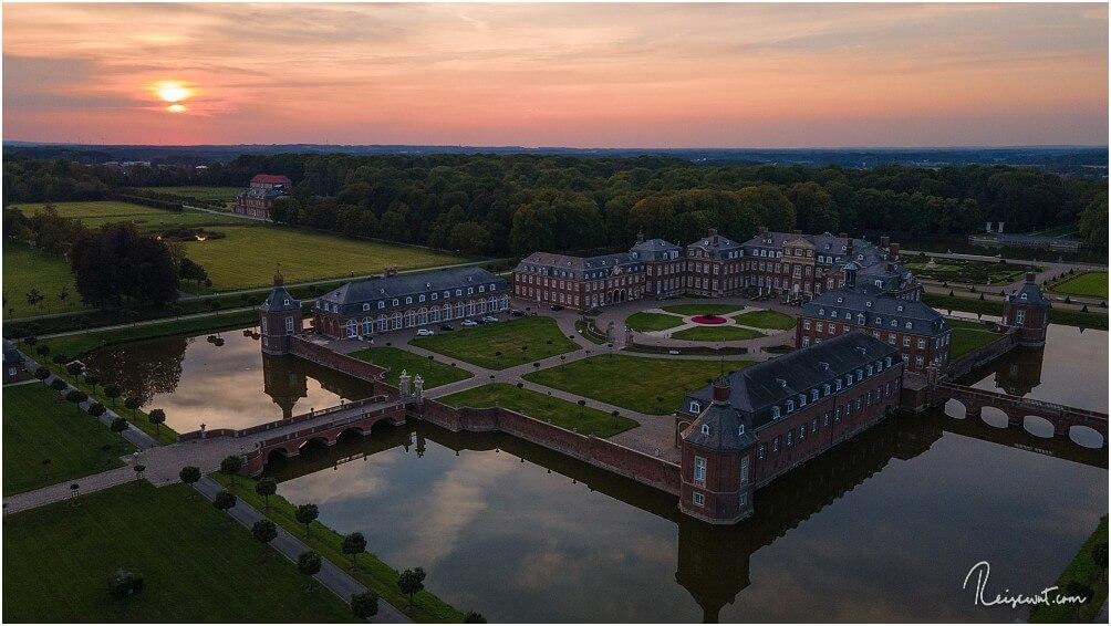 Der Blick zum Sonnenuntergang auf die beeindruckende Schlossanlage