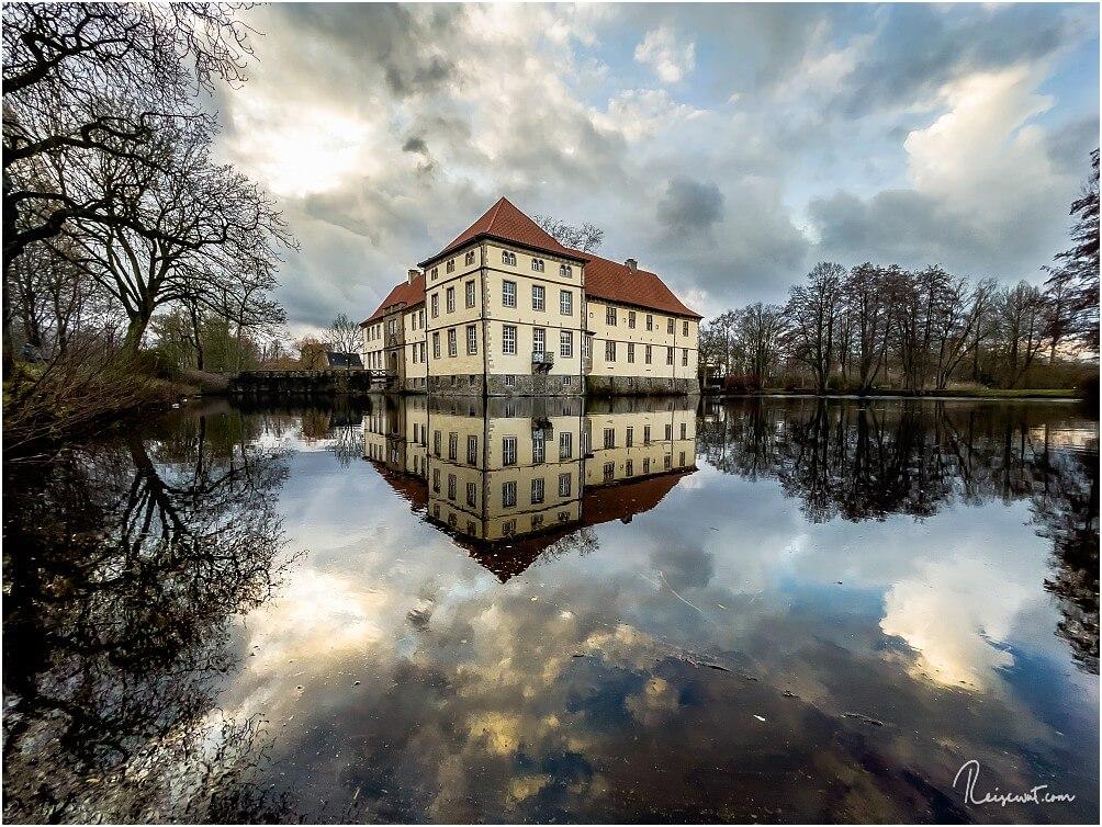 Schloss Strünkede an einem windstillen Tag mit Traumwolken zum Fotografieren