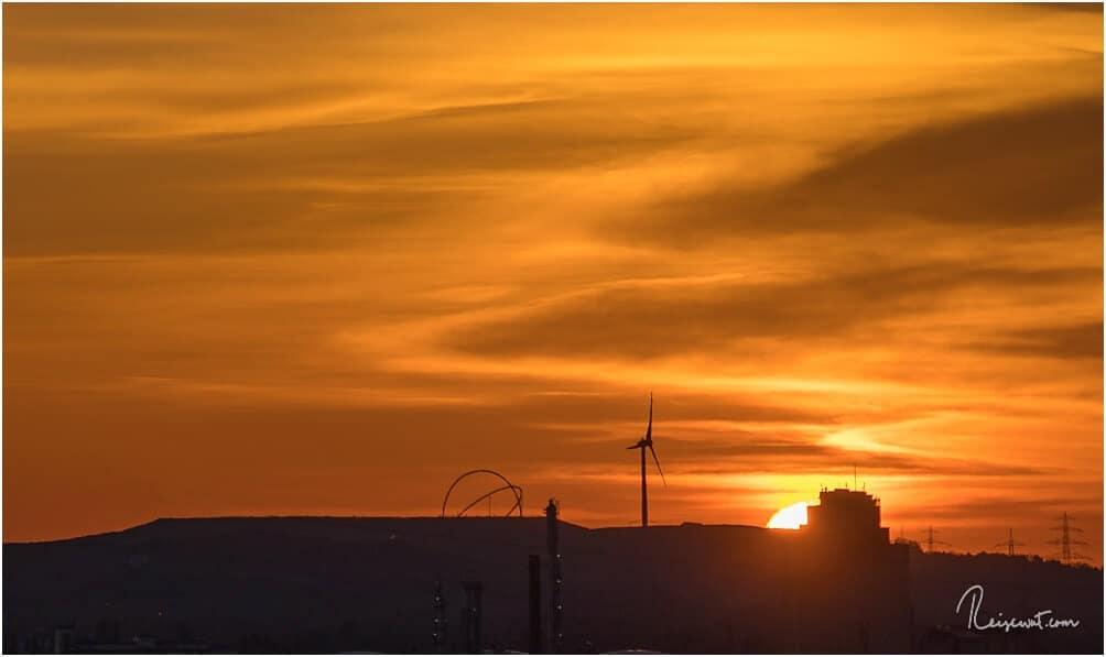 Das Horizontobservatorium bei aufgehender Sonne früh Morgens