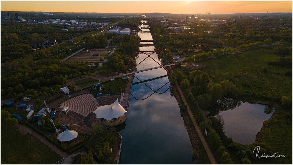 Die markante Doppelbogenbrücke im Nordsternpark. Links oben im Bild: Die Schalke-Arena
