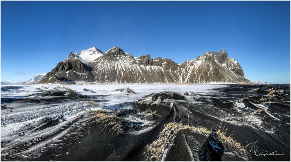 Wenn man in Winter etwas Glück hat und noch Schnee auf dem schwarzen Sand liegt, kommen die Kontraste besonders gut zur Geltung