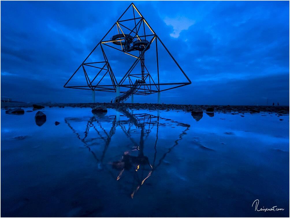 Pünktlich zur Blue Hour wird die Beleuchtung in der Spitze des Tetraeders eingeschaltet