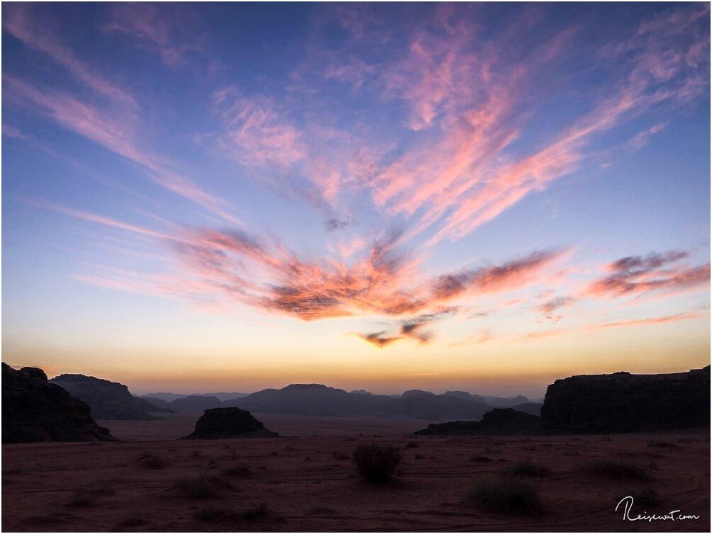 Sonnenuntergänge in der Wüste KÖNNEN wirklich wunderschön sein - zumindest, wenn die Rahmenbedingungen stimmen und das Wetter mitspielt.