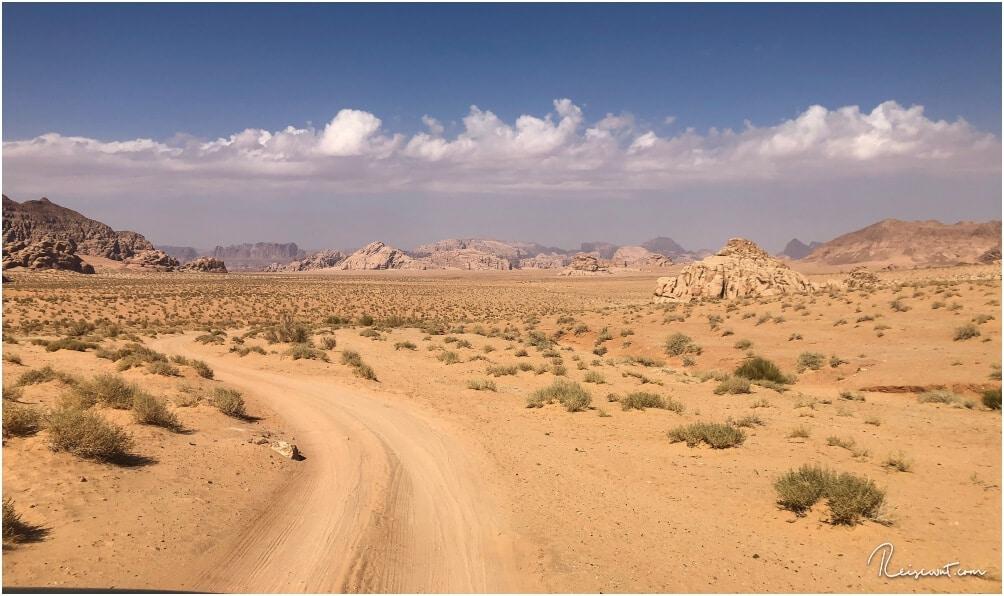 Solche Ausblicke in das schier endlos erscheinende Wüstental Wadi Rum gibt es unendlich viele ... oft fühlt man sich dabei unweigerlich in den Südwesten der USA versetzt