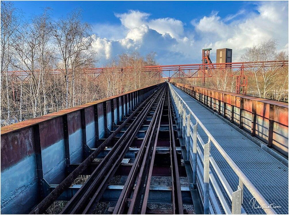 Blick den Skywalk entlang mit der daneben liegenden Schienenführung