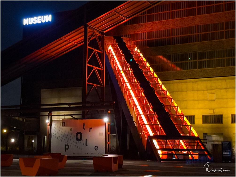 Die imposante Rolltreppe vom Ruhr Museum bleibt auch abends beleuchtet