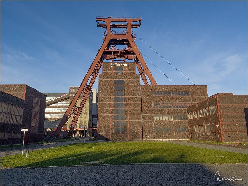 Der gewaltige Doppelbock-Förderturm über Schacht XII im Eingangsbereich der Zeche Zollverein