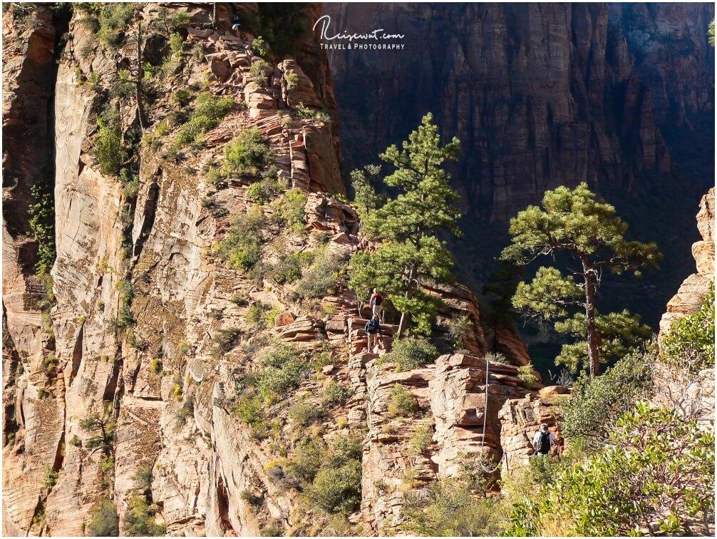 Blick von Scouts Lookout auf den weiteren Weg und einige Wanderer