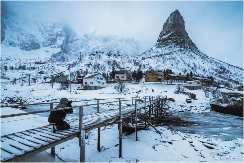 Der kleine Berg Hammerskafte samt hölzerner Brücke ist ein tolles Fotomotiv