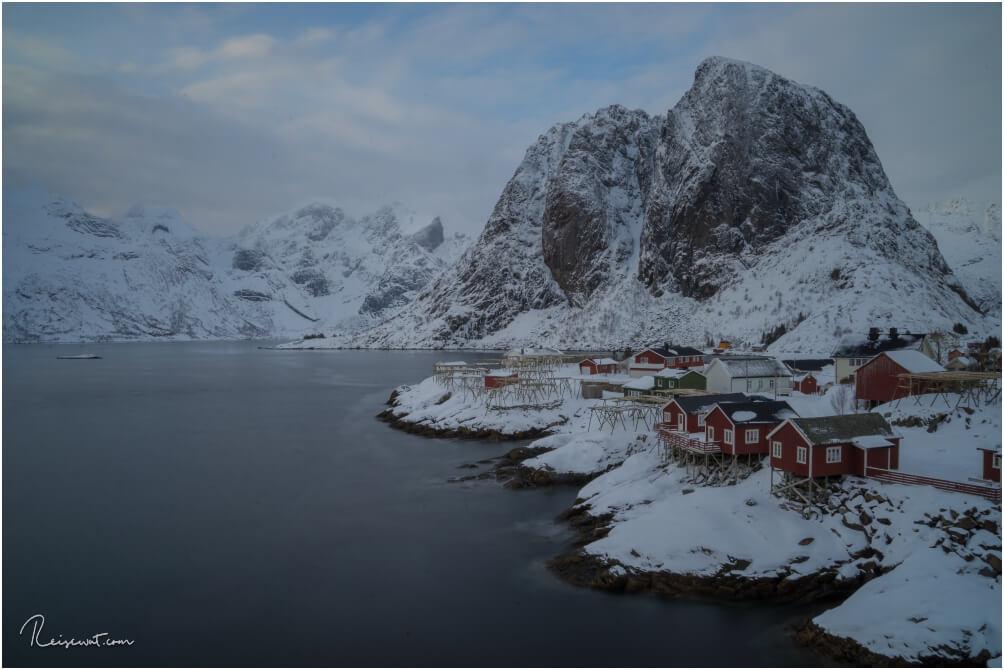 Das klassische Postkartenmotiv der Lofoten, die roten Hütten vom Resort Eliassen Rorbuer in Hamnoy