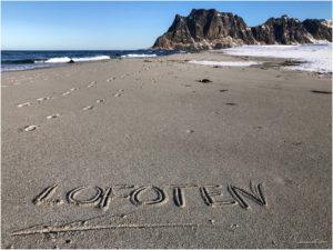 Lofoten Schriftzug am Uttakleiv Beach