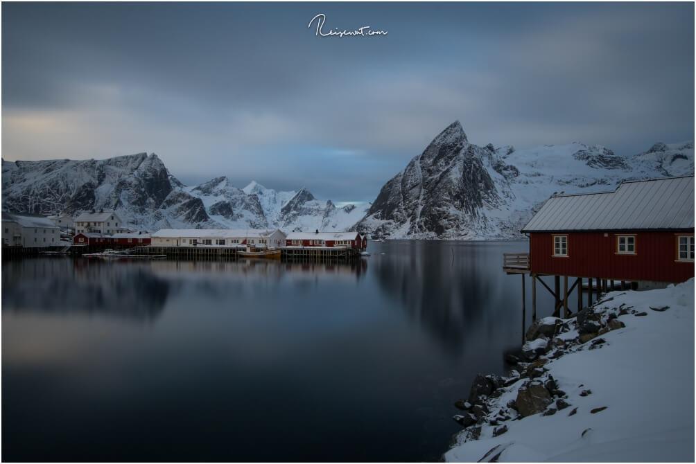 Auch vom Reinefjord Sjøhus hat man einen klasse Blick auf Teile des Hafens und die Umgebung samt mächtigen Mt.Olstinden.