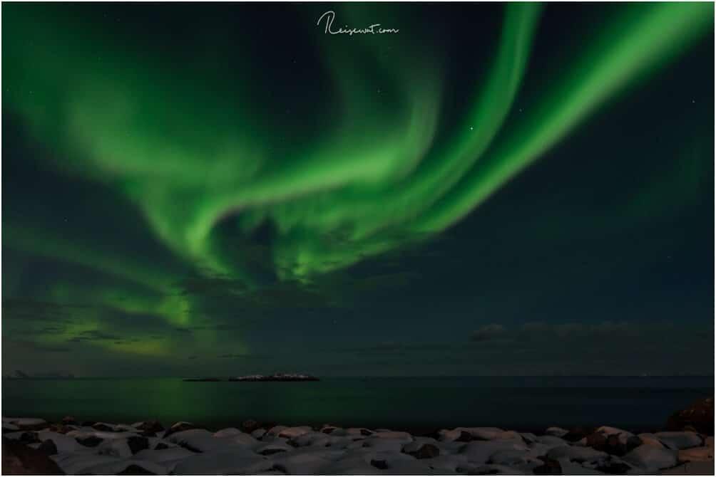 KP5 Polarlichter über dem Meer bei Hamnoy auf den Lofoten