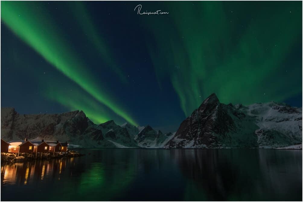 Polarlichter auf den Lofoten, im Hintergrund der Mount Olstinden