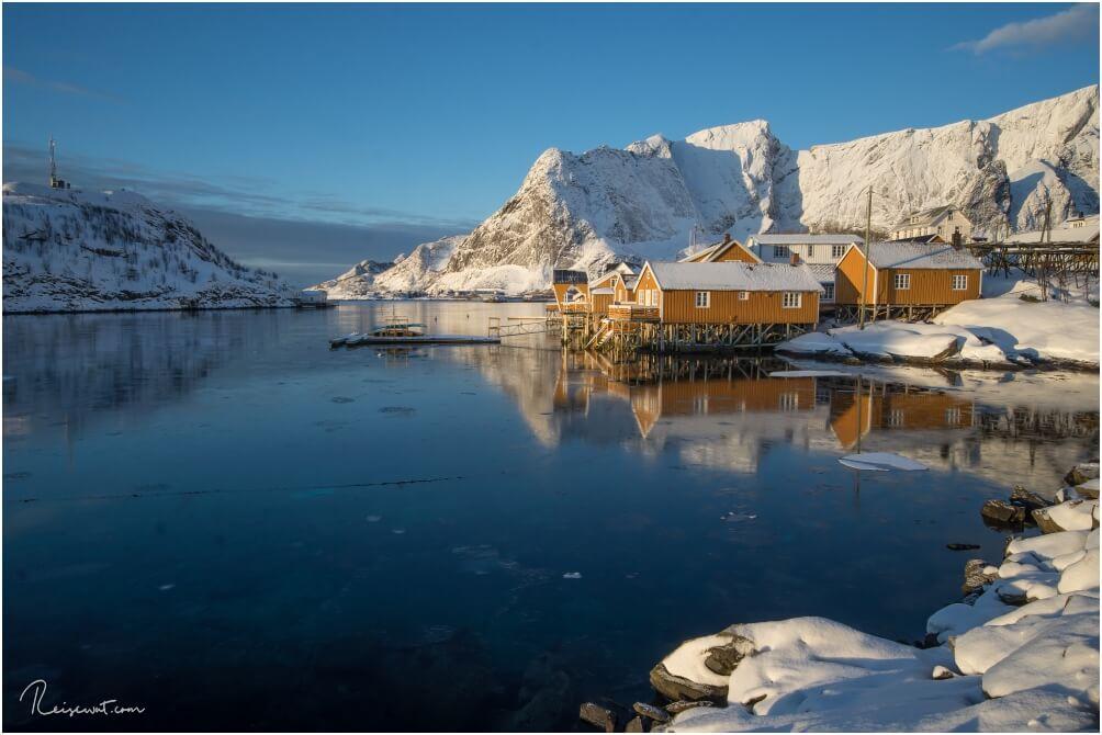 Die Lofoten im März sind einfach nur ein Traum. Hier sieht man die gelben Hütten in Sakrisøy