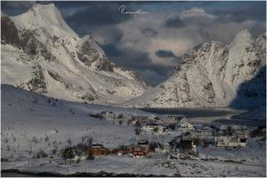 Blick vom Scenic Poit auf einer Anhöhe bei Sakrisøy